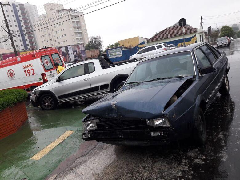 Sob chuva, carros colidem no centro - Crédito: Maycon Maximino