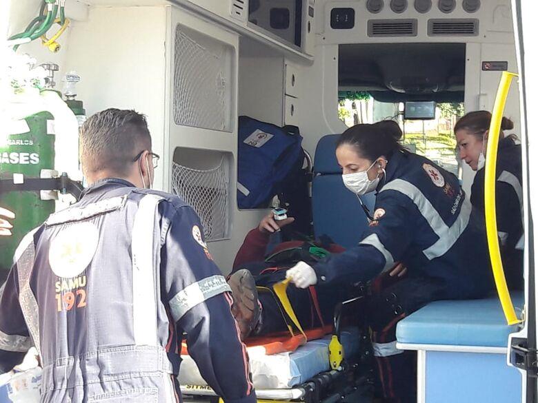 Para evitar colisão, motociclista freia bruscamente e sofre queda - Crédito: Maycon Maximino