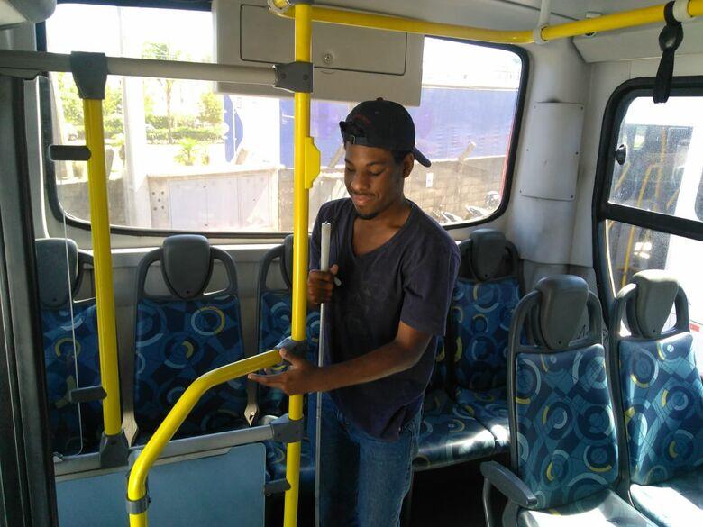 Suzantur São Carlos recebe alunos do Espaço Braille para reconhecimento tátil de seus ônibus - Crédito: Divulgação