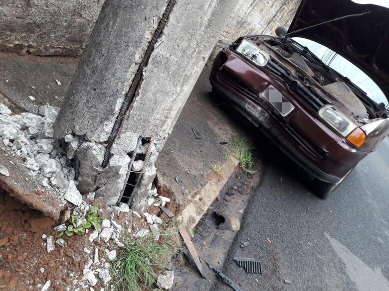 Carro colide em poste e bairro fica sem energia - Crédito: Maycon Maximino