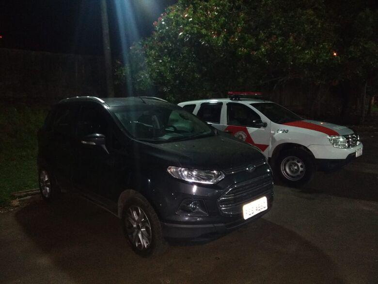 Carro produto de roubo é localizado em garagem de residência - Crédito: Luciano Lopes