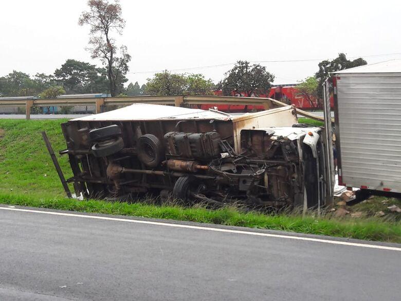 Caminhão tomba na rodovia Washington Luís - Crédito: Maycon Maximino