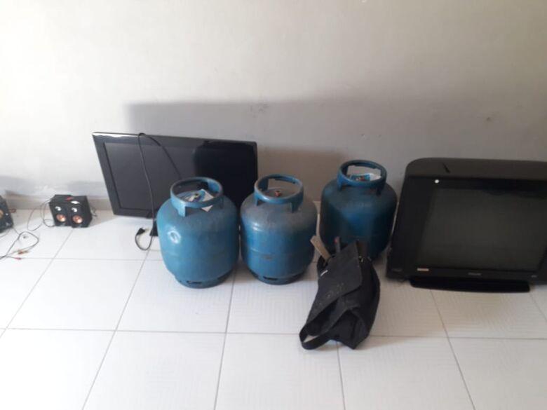 Jovem é detido com maconha e produtos de origem duvidosa - Crédito: Maycon Maximino