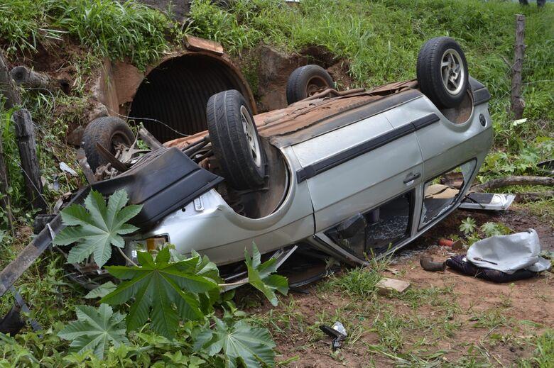 Carro capota na estrada vicinal que liga Ribeirão Bonito a Guarapiranga - Crédito: Lucas Castro/RB Na Rede