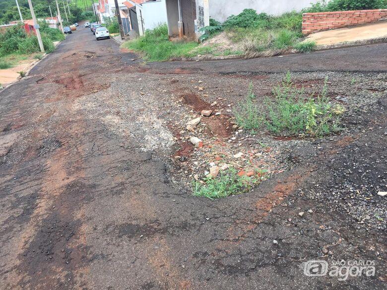 Metade asfalto e metade terra: rua está intransitável no Prolongamento Jardim das Torres - Crédito: Divulgação