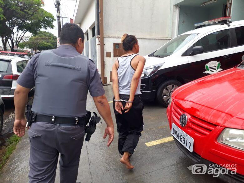 Mulher é detida após tentar assaltar loja no Aracy II - Crédito: Marco Lúcio