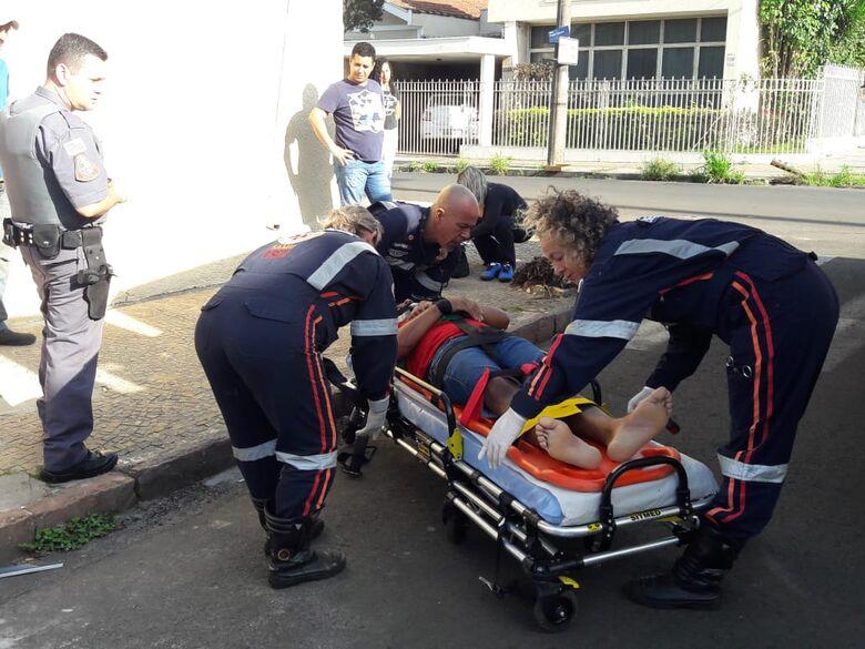 Motociclista arrebenta vidro lateral de carro após colisão - Crédito: Maycon Maximino