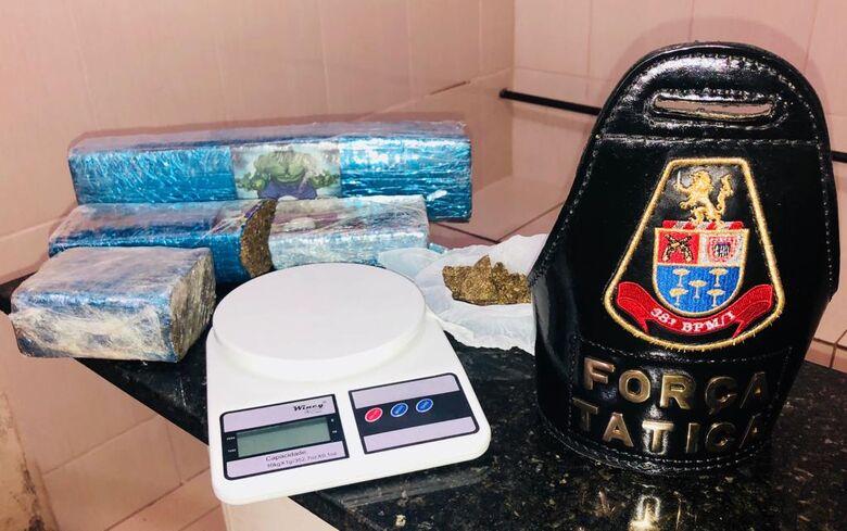 Jovem carregava 2,2 quilos de maconha na mochila - Crédito: Divulgação