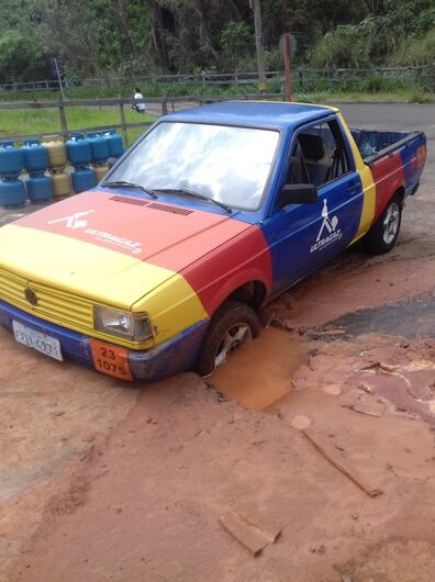 Picape fica presa em buraco na Vila Nery - Crédito: Divulgação