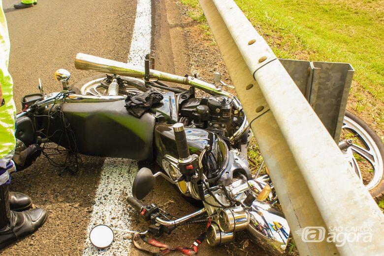 Pedrisco causa queda de motociclista em alça de acesso - Crédito: Marco Lúcio