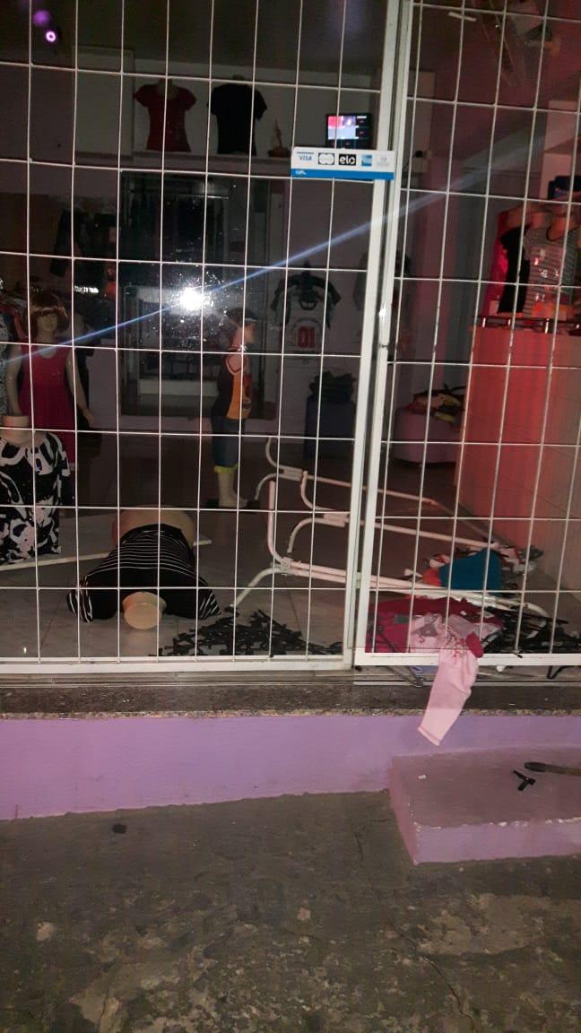 """Jovem é preso ao ser flagrado """"pescando"""" roupas em loja na Antonio Blanco - Crédito: Divulgação"""