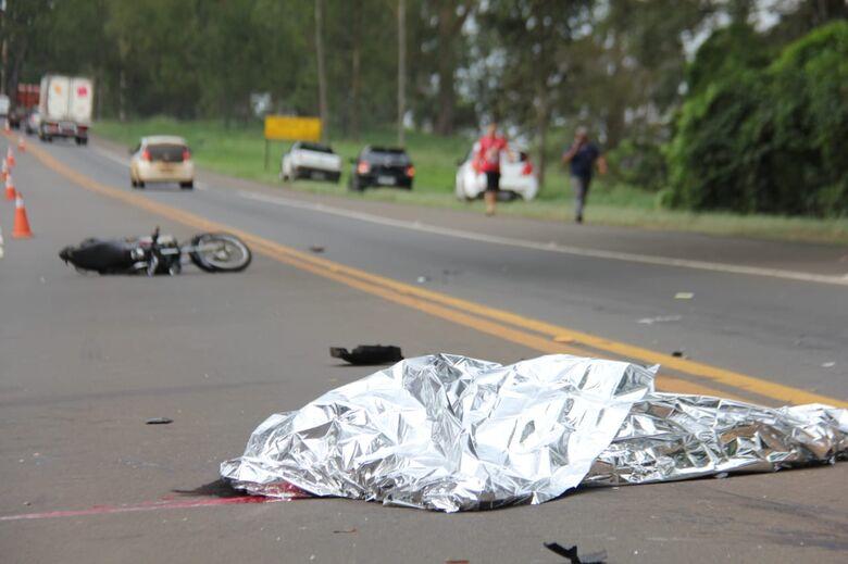 Vítima foi arremessada à distância após a colisão. - Crédito: Maycon Maximino