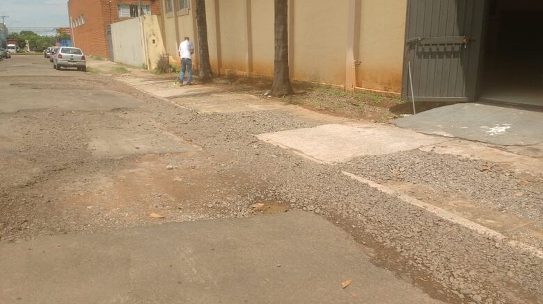 Rua esburacada causa transtornos a moradores e motoristas - Crédito: Divulgação