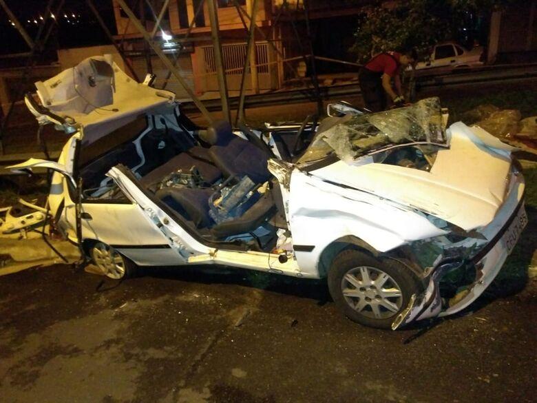 Palio fica destruído ao colidir em caminhão estacionado em São Carlos - Crédito: Divulgação