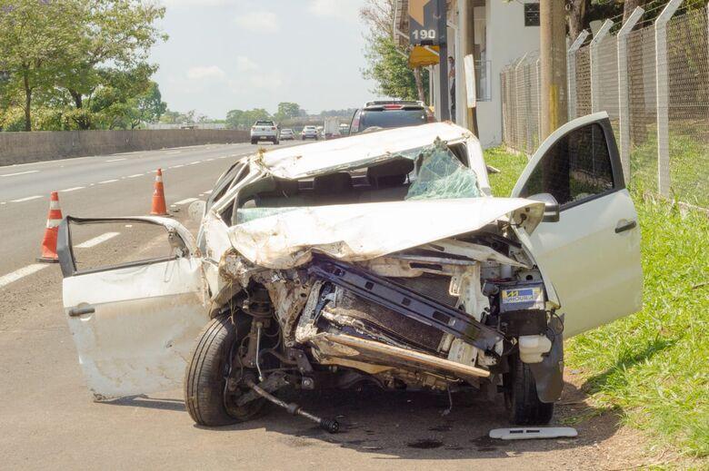 Motorista perde controle e carro colide em caminhão na WL - Crédito: Marco Lúcio