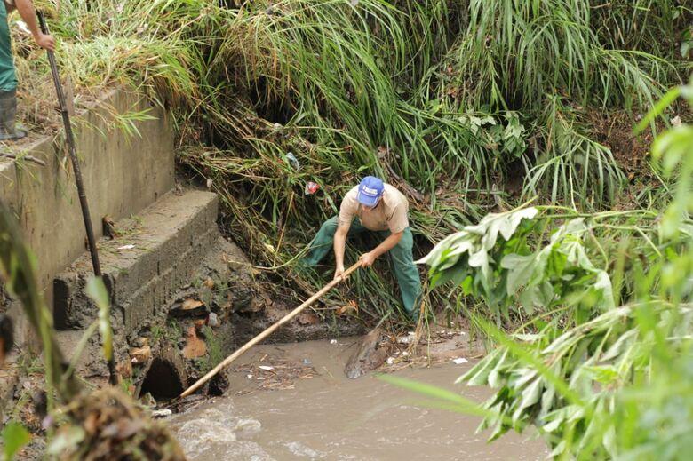Funcionários municipais se arriscam para desobstruir tubulação - Crédito: Marco Lúcio