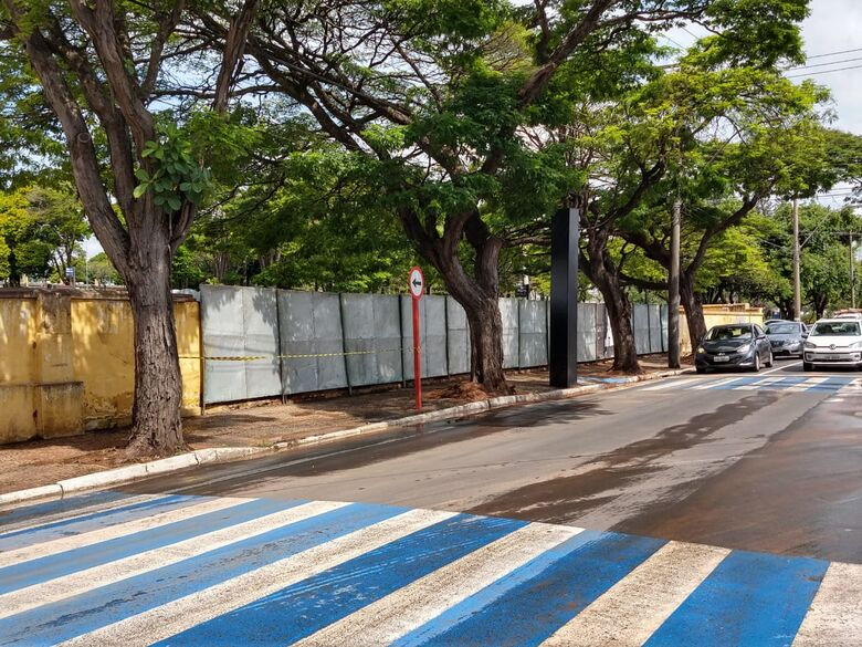 Prefeitura instala tapumes para cobrir parte do muro que desabou no cemitério - Crédito: Divulgação