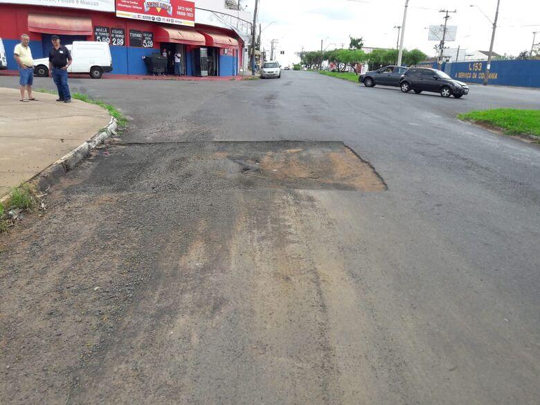 Buraco no asfalto em avenida causa acidente; motociclista fica ferida - Crédito: Maycon Maximino