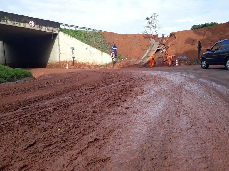 Chuva provoca deslizamento de terra próximo a pontilhão - Crédito: Marco Lúcio