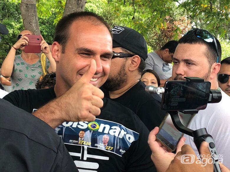Filho de Bolsonaro visita São Carlos e é ovacionado - Crédito: Colaborador/SCA