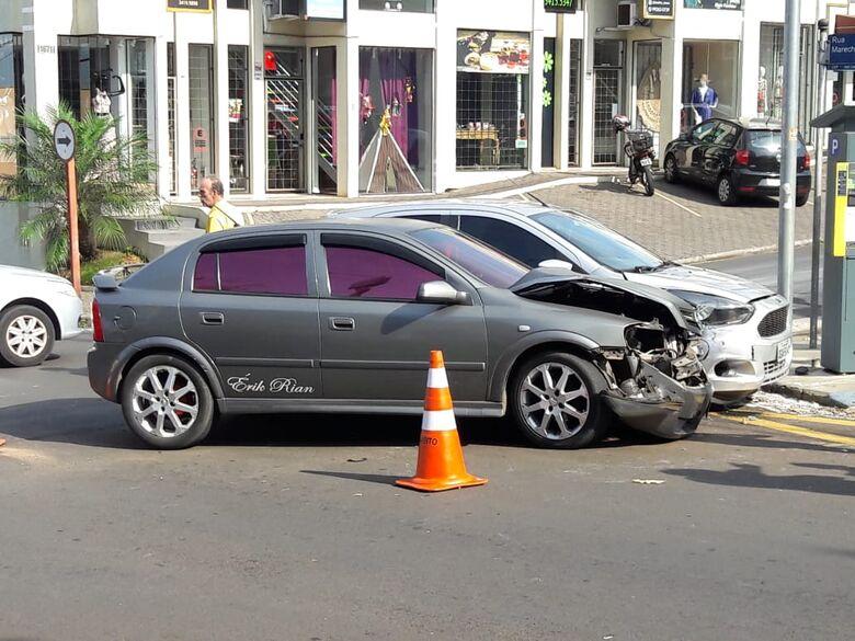 No centro, colisão provoca danos materiais em KA e Astra - Crédito: Maycon Maximino