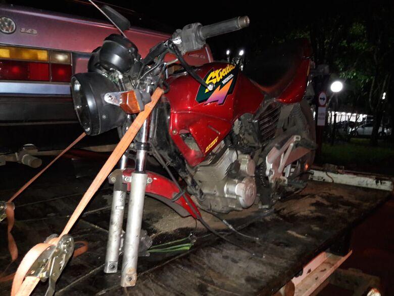Moto furtada é localizada sem roda e sem pinhão da corrente - Crédito: Maycon Maximino