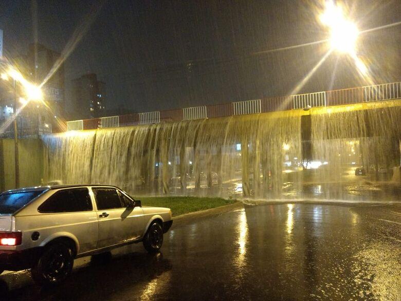 Chuva transforma pontilhão em cascata; veja vídeo - Crédito: Luciano Lopes