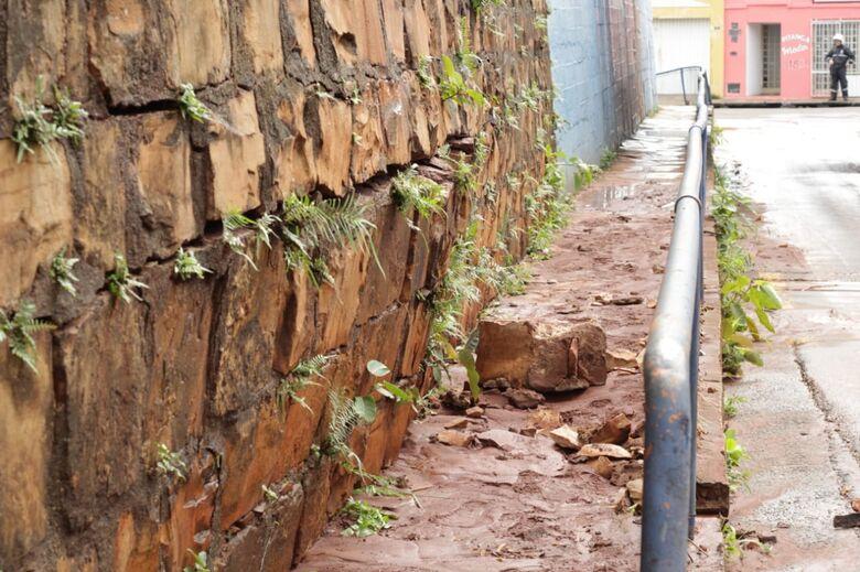 Blocos se soltam na rua Itália e paredão ameaça cair - Crédito: Marco Lúcio
