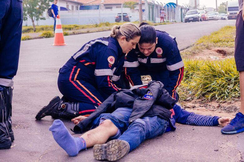 Motociclista colide em porta de caminhonete - Crédito: Marco Lúcio