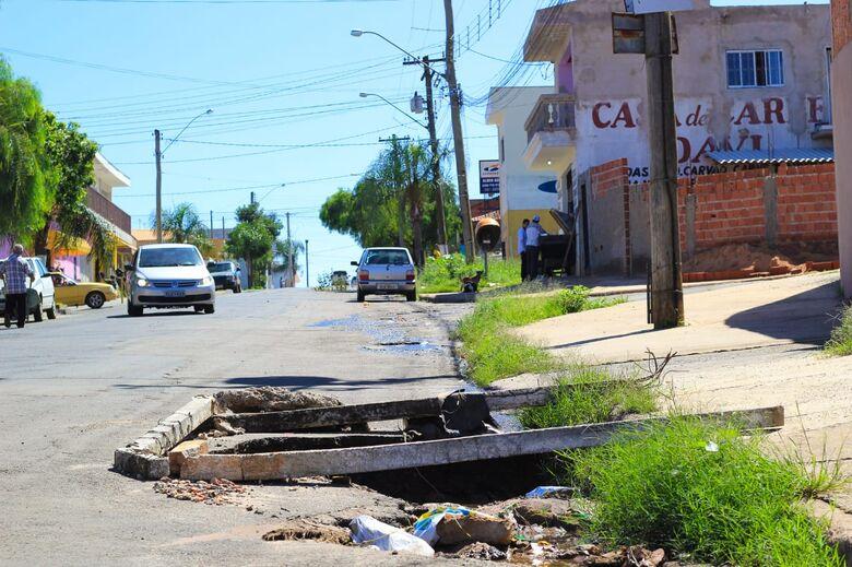 Buraco no asfalto e vazamento de água revoltam moradores no Aracy - Crédito: Marco Lúcio