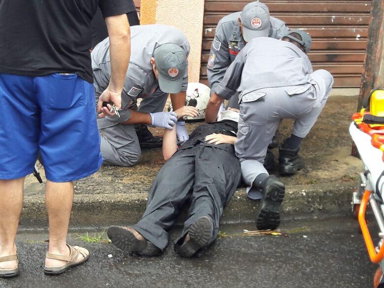Motorista atinge motociclista e foge sem prestar socorro; populares anotam placa - Crédito: Maycon Maximino