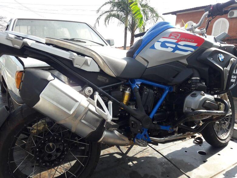 Moto importada roubada que estava sendo empurrada pelo criminoso no momento da abordagem. - Crédito: Maycon Maximino