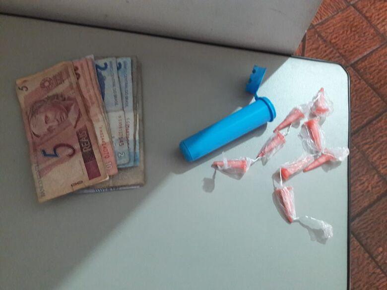 Suspeito dispensa cocaína e tenta enganar PMs - Crédito: Maycon Maximino