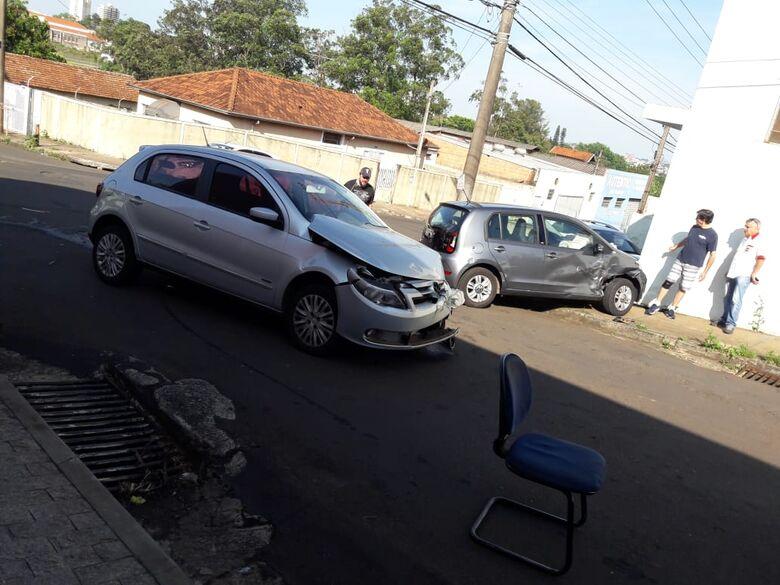 Motorista não respeita pare e após colisão, up! sobe em calçada e bate em muro - Crédito: Maycon Maximino
