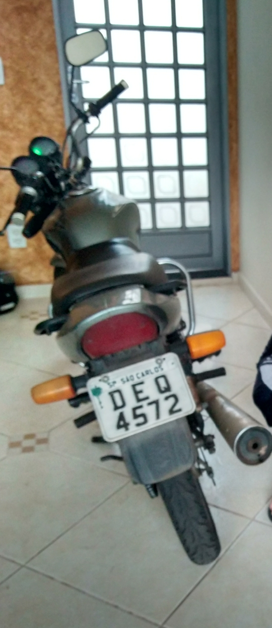 Ladrão furta moto de garagem e proprietária pede ajuda para localizá-la -