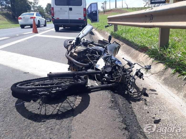 Após colisão, moto pega fogo na Washington Luís - Crédito: Marco Lúcio