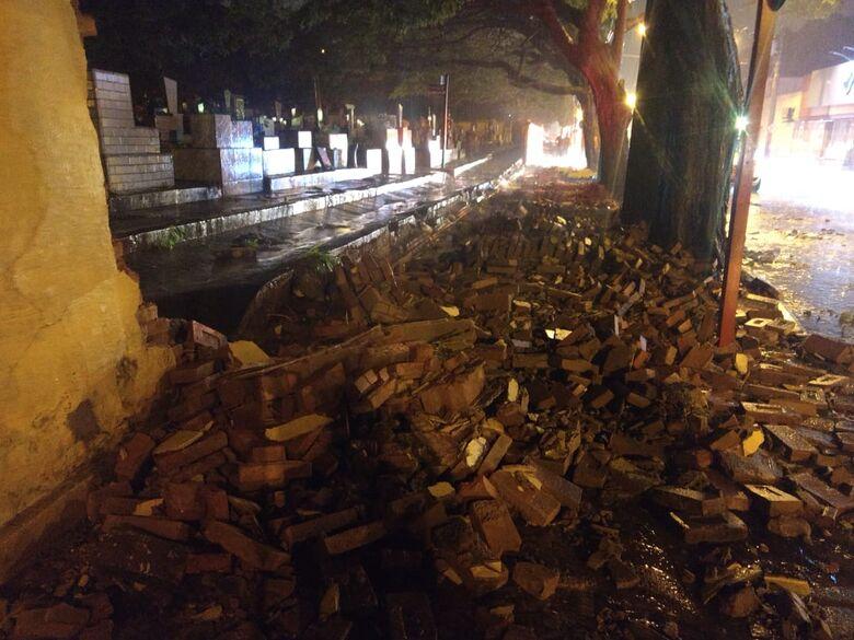 Forte chuva derruba muro do Cemitério Nossa Senhora do Carmo - Crédito: Divulgação