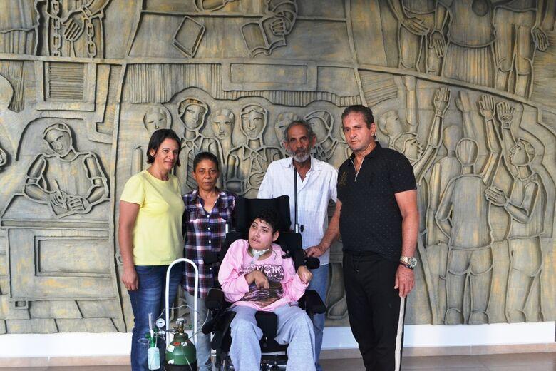 Zé Parella entrega cadeiras de rodas para filha de ex-vereador - Crédito: Divulgação