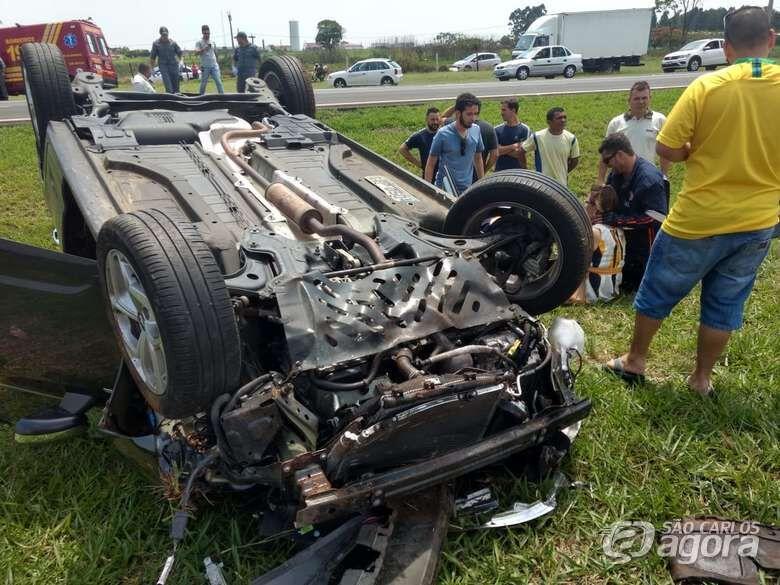 Carro capota na WL e duas idosas ficam feridas - Crédito: Luciano Lopes
