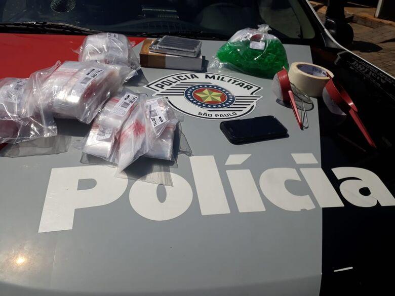 PM apreende materiais utilizados para acondicionar drogas em casa no Aracy - Crédito: Marco Lúcio