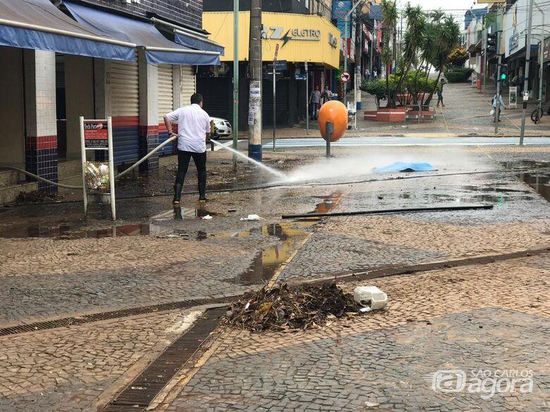 Após alagamento, funcionários limpam lojas na baixada do Mercado - Crédito: Colaborador/SCA
