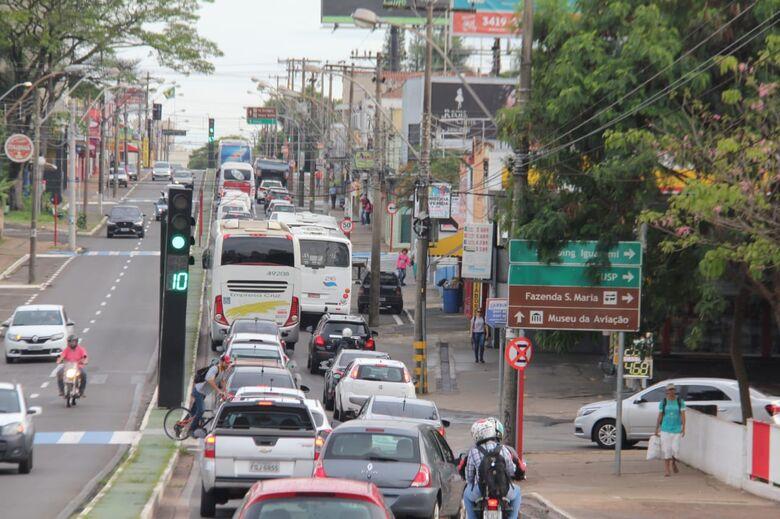 Queda de muro em cemitério causa congestionamento na avenida São Carlos - Crédito: Maycon Maximino
