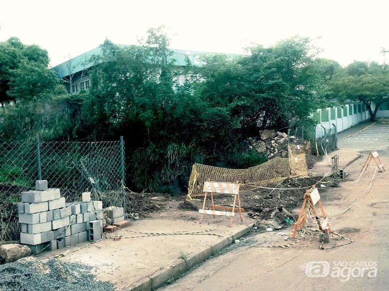 Prefeitura abandona obra em ponte no Azulville II - Crédito: Marcos Escrivani