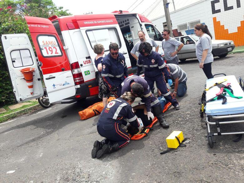 Motociclista sofre fratura no punho após acidente - Crédito: Maycon Maximino
