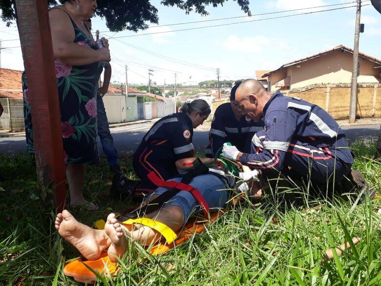 Motociclista sofre queda após passar sofre folhagem molhada em asfalto - Crédito: Marco Lúcio