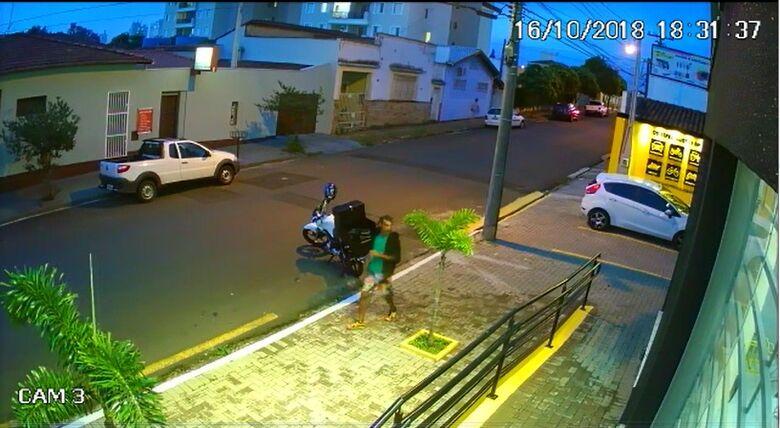 Câmera flagra ladrão furtando moto na Marechal Deodoro - Crédito: Reprodução