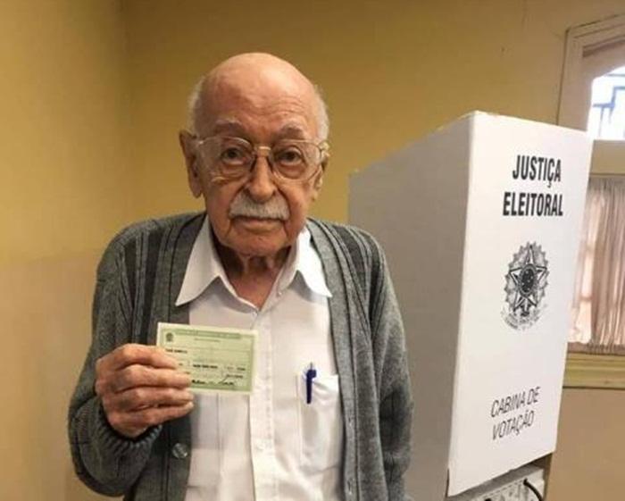 Idoso de 100 anos vota em São Carlos - Crédito: Folha SCR
