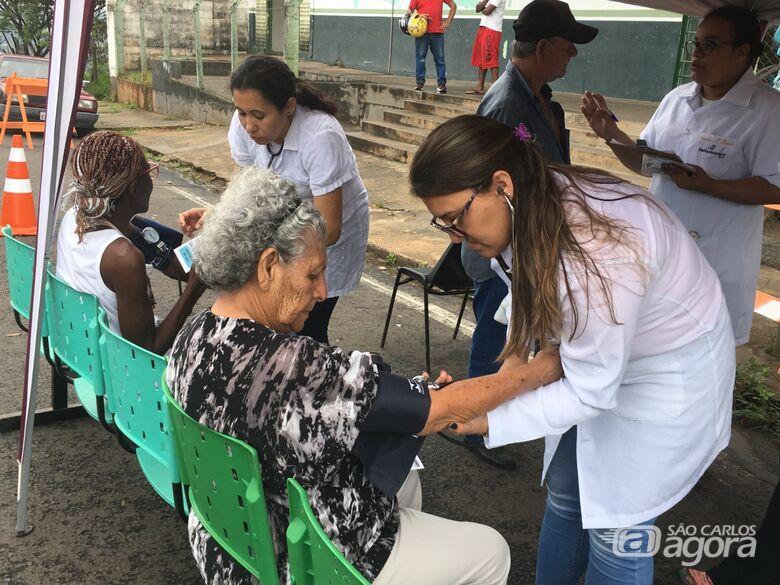 Idosos são atendidos por alunos da graduação em Gerontologia da UFSCar no Cidade Aracy - Crédito: Divulgação