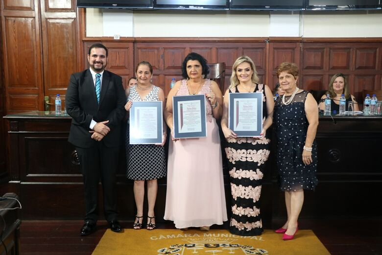 Mulheres empreendedoras do ano receberam homenagens na Câmara Municipal - Crédito: Divulgação