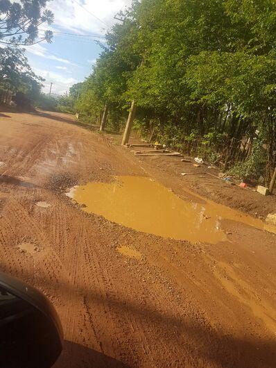 Avenida sem pavimento e esburacada irrita motoristas - Crédito: Divulgação